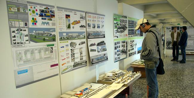Trabajos de grado de arquitectura en el hall principal for Grado en arquitectura