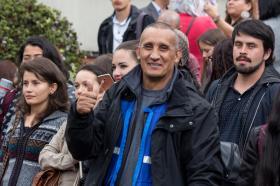 Estudiantes, profesores y administrativos celebramos como una gran familia. En la foto: Ricardo Rojas, de la Oficina de Deportes.